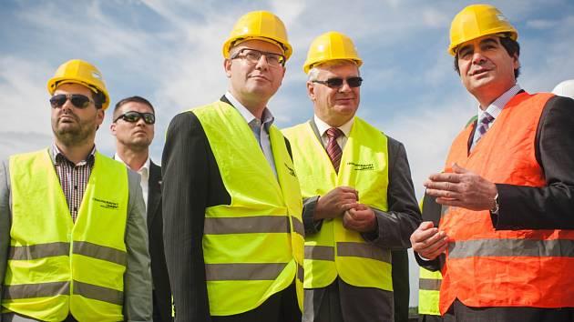 Cementárnu a lom v Mokré na Brněnsku navštívil v úterý při své jednodenní návštěvě rodného kraje předseda vlády Bohuslav Sobotka. Jednal s odboráři a zúčastnil se řízeného odstřelu kamene v lomu.