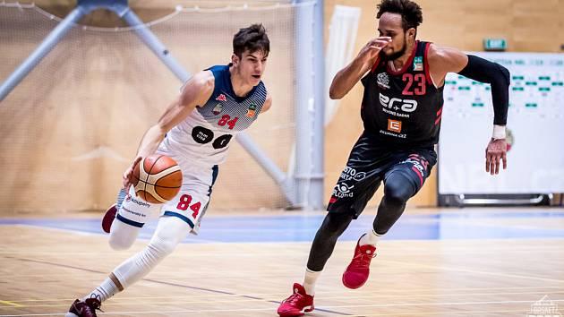 Radek Farský (na snímku vlevo) patří mezi největší talenty českého basketbalu.