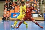 Brno 3.2.2020 - kvalifikační turnaj na futsalové MS 2020 - ČR Radim Záruba (červená) Rumunsko Paulo Ferreira (žlutá)
