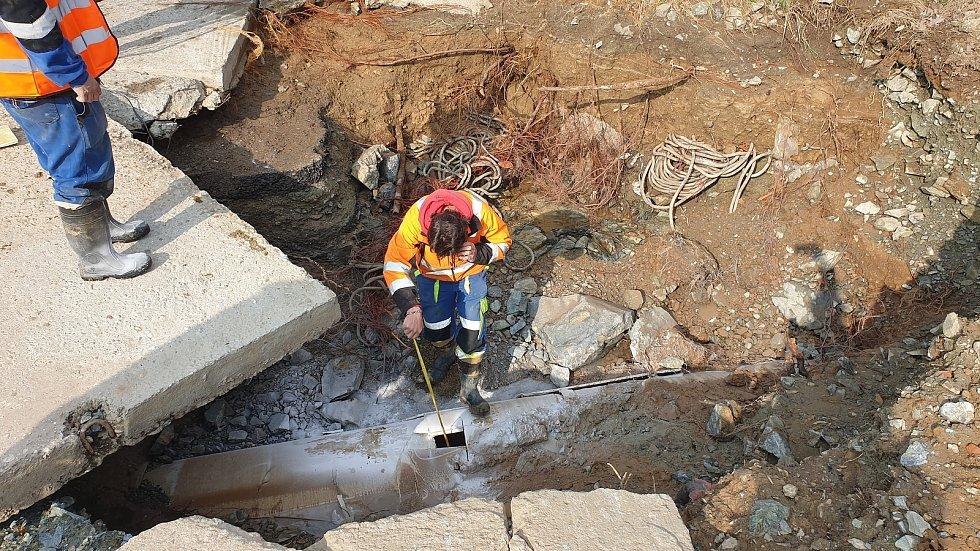 U zastávky Kamenolom na hranici brněnské Bystrce a Komína praskl v pátek ráno Vírský vodovod.
