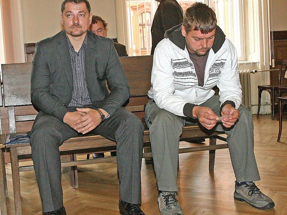 Radim Hovjacký (vlevo) a Josef Putner u brněnského soudu.