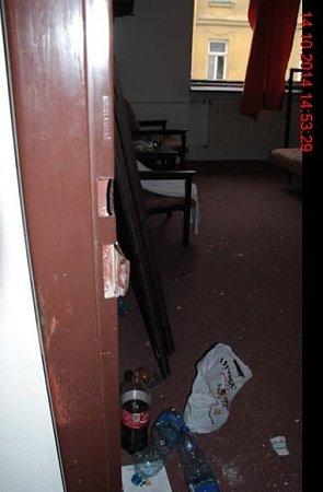 Muž si chtěl vhotelu sáhnout na život. Strážníci kněmu slaňovali.