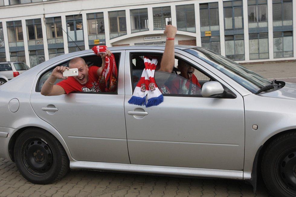 Bývalý prvoligový fotbalista Petr Švancara vedl spanilou jízdu brněnských fanoušků, kteří se ze stadionu za Lužánkami vydali na společnou cestu auty na prvoligové utkání do Zlína.