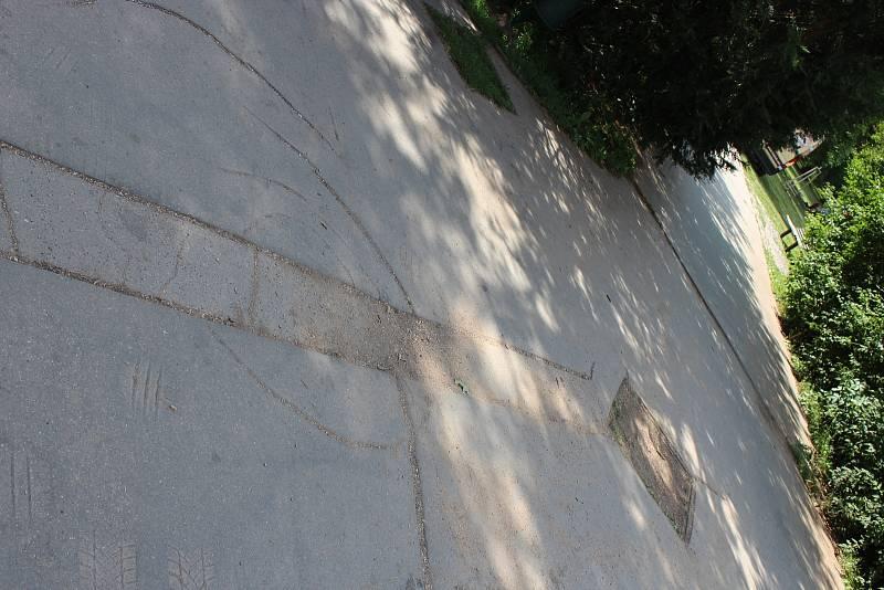 Poškozené asfaltové chodníky nahradí stavebníci novými.
