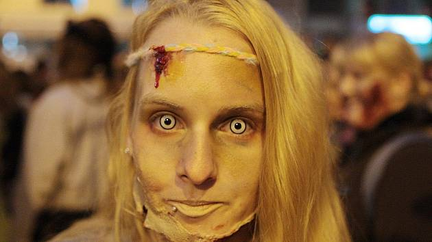 Pomalu šourající se postavy mají mrtvolné výrazy v obličeji a vydávají chrčivé zvuky. Scény jak z hororového filmu ve středu večer viděli lidé v centru Brna při pochodu Zombie Walk.