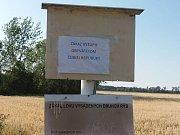 Na ceduli u vodní nádrže poblíž obce Sekule je kromě zákazu lovu vysazených druhů ryb taky zákaz vstupu obyvatelům České republiky.