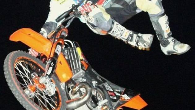 Motocyklový freestylista Petr Kuchař.