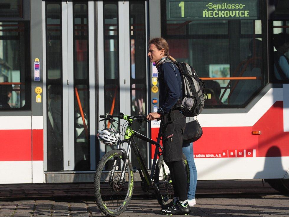Den bez aut v Brně. Před hlavním nádražím auta ve čtvrtek neprojedou. Prostor je vyhrazený chodcům. Dopravu odklánějí strážníci.