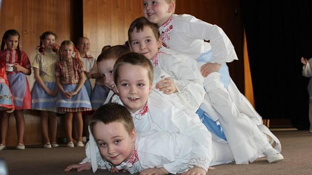 VESELÁ KOPA. Na oslavě Mezinárodního dne žen vystoupil dětský národopisný soubor Břeclavánek.