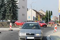 V Břeclavi vzniká u hlavní pošty nová okružní křižovatka. Z poloviny už je hotová. Od pondělí po ní jezdí auta.