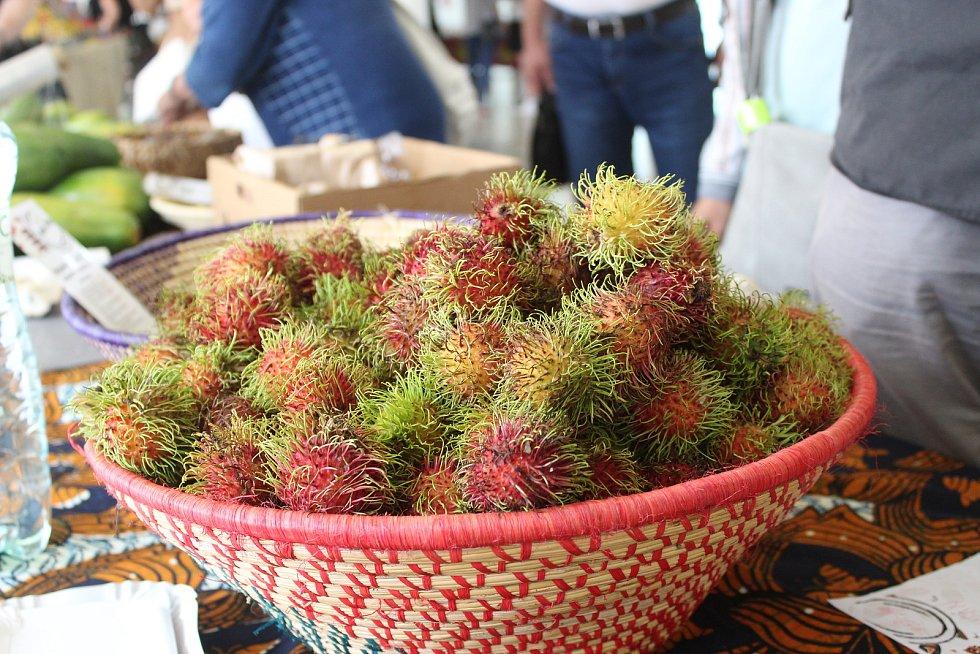 Dračí ovoce, červené banány nebo i jackfruit ochutnali v sobotu lidé v Tržnici Brno na Zelném trhu. Organizátoři akce ovoce přivezli přímo z Ugandy.