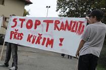 Nespokojení obyvatelé blokovali dopravu v Kuřimi.