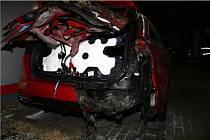 Poškozené auto u autosalonu po řádění opilé osmačtyřicetileté ženy v Modřicích na Brněnsku.