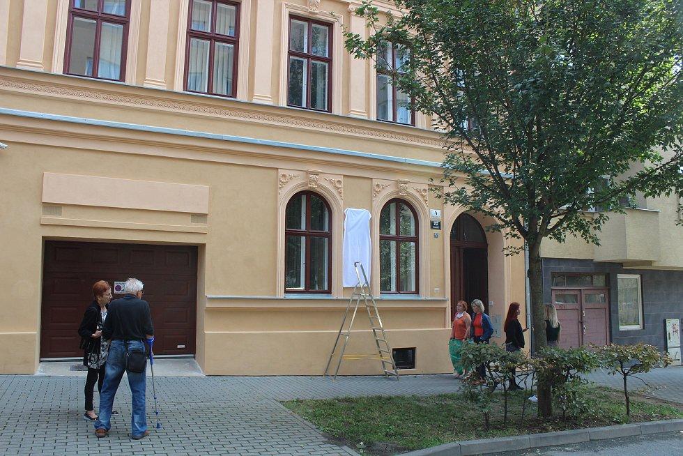 Pamětní desku významného brněnského umělce odhalili na domě, kde prožil třicet pět let života.