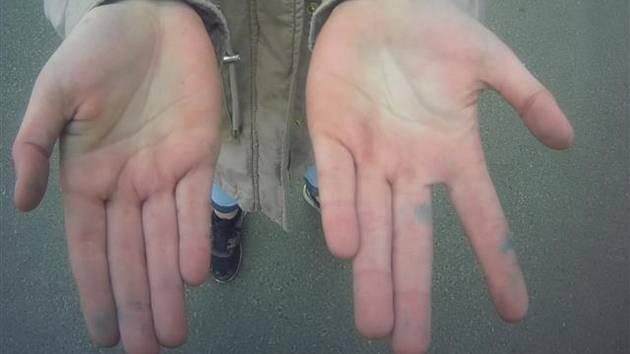 Dívky pomalovaly zeď budovy v brněnské Renneské ulici. Na dlaních i prstech měly modrou barvu.