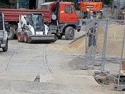 Parkování na brněnském Dominikánském náměstí. Nyní místo obsadili dělníci a obyvatelé okolních domů nemají kde zaparkovat.