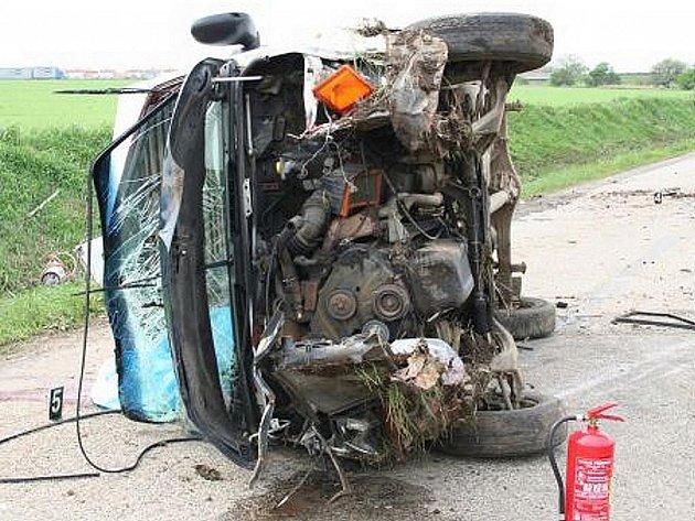 Mrtvý spolujezdec a zraněný sedmadvacetiletý řidič. Takový je výsledek nehody nákladního auta, která se stala ve čtvrtek u Syrovic na Brněnsku.