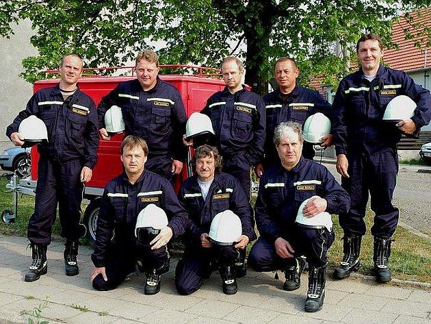 Sbor dobrovolných hasičů v Silůvkách - členové hasičské jednotky v roce 2007.