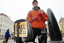 Židlojezdec Miroslav Jonáš na brněnském náměstí Svobody.