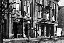 Předchůdcem současného kina Svět v Hodoníně bylo to, které měli manželé Labantzovi v současné Velkomoravské ulici (dříve Schillerově). Ti za války dokonce provozovali dvě kina. Druhé si vypůjčili naproti v sokolovně, tedy dřívější Bio Sokol.