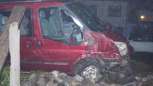 Sjel ze silnice a zastavil o sloup. Řídil s více než čtyřmi promile alkoholu.