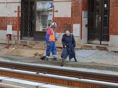 Lidé, kteří bydlí přímo v ulici Milady Horákové, často musejí při odchodu z domu překonávat překážky v podobě děr nebo naopak kopců betonu.