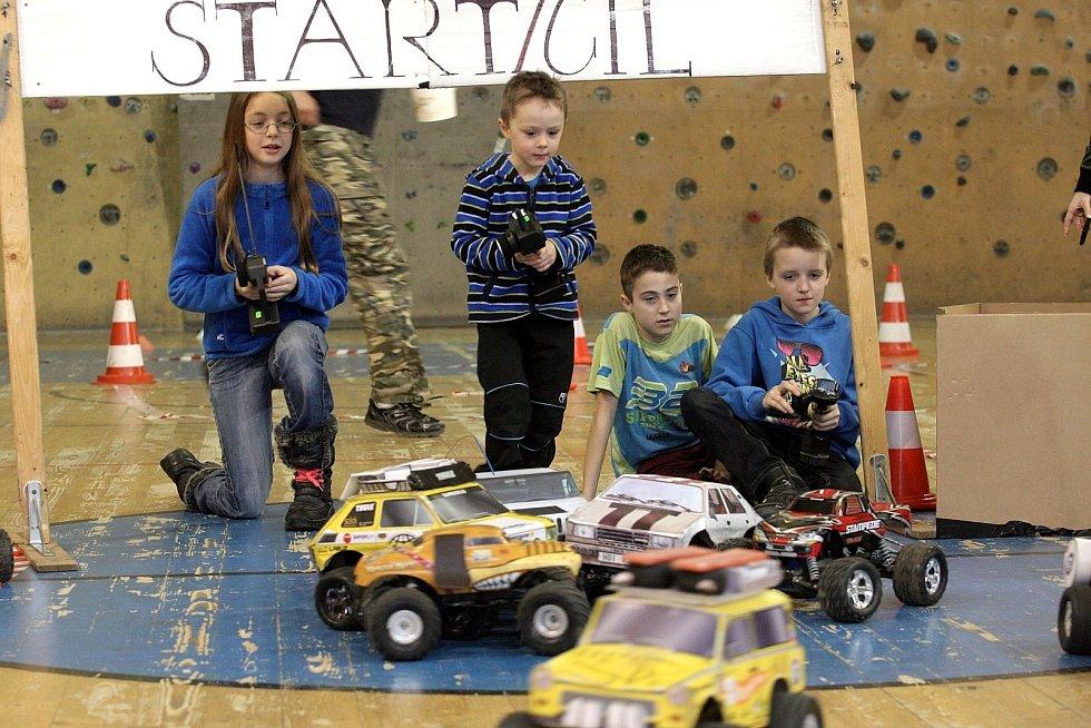 Děti si v sobotu odpoledne zazávodily s autíčky na dálkové ovládání.