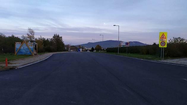 Silničáři začínají s opravou křižovatky na I/52, kde turisté odbočují k Aqualandu Moravia nebo kempu Merkur.
