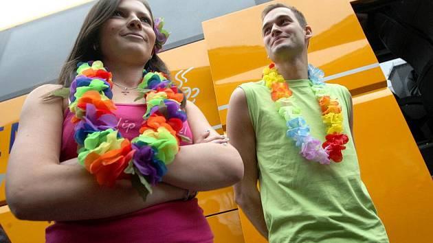 Nevšední zážitek měli v pondělí cestující Student Agency, kteří jeli z Prahy do Brna. Společnost jim totiž dělali stevardi a stevardky oblečení do veselých havajských kostýmů.