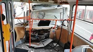 U Mendlova náměstí se srazily dvě šaliny, v Židenicích málem nabourala do domu