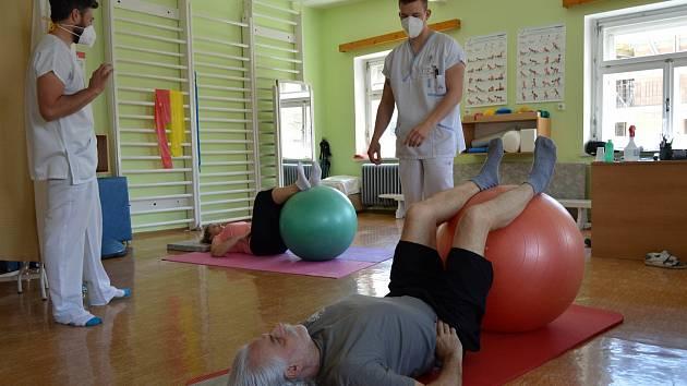 Ve svatoanenské nemocnici odborníci rehabilitují s pacienty po covidu.