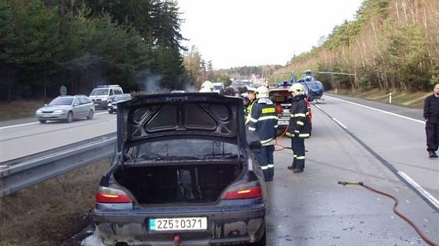 Při tragické nehodě na dálnici D1 uhořel třiadvacetiletý řidič