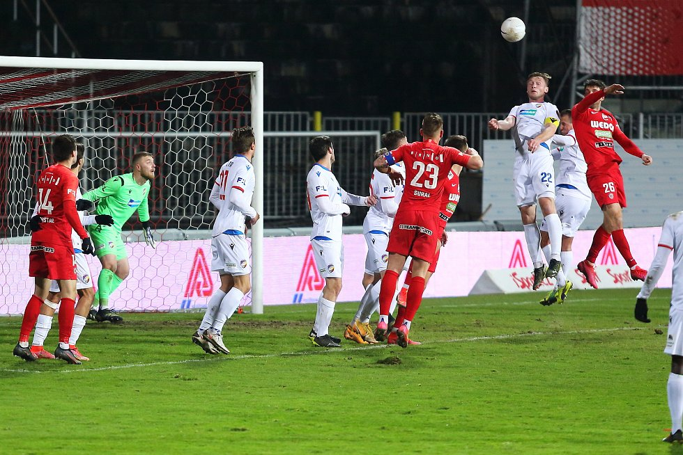 Fotbalisté Zbrojovky (v červeném) doma podlehli Plzni 0:1.