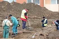 V nejrozsáhlejším archeologickém výzkumu v historii města pracují archeologové ze společnosti Archaia Brno na vykopávkách v Rosicích. Už čtvrtý týden odkrývají pozůstatky původního osídlení z devatenáctého a šestnáctého století.