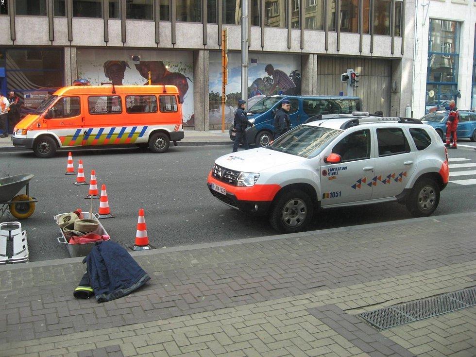 Členové záchranných složek prohledávají okolí stanice metra Maelbeek v Bruselu. V hotelu Thon, který je poblíž, byli v době útoku ubytovaní čeští studenti. Mezi nimi i čtyři z Masarykovy univerzity.