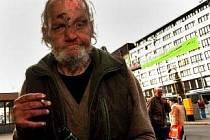 Bezdomovec u brněnského hlavního nádraží