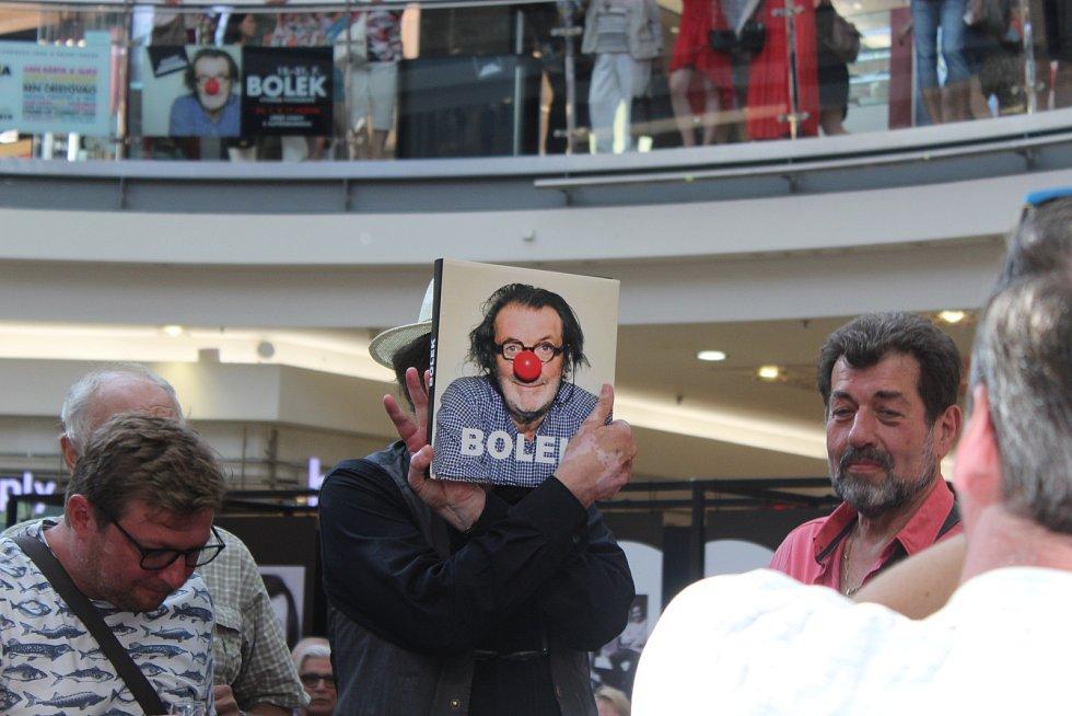 Jen několik dní před svými sedmdesátými narozeninami pokřtil známý herec a komik Bolek Polívka svou novou knihu v brněnské Galerii Vaňkovka. Publikace nese také jeho jméno, jmenuje se Bolek.