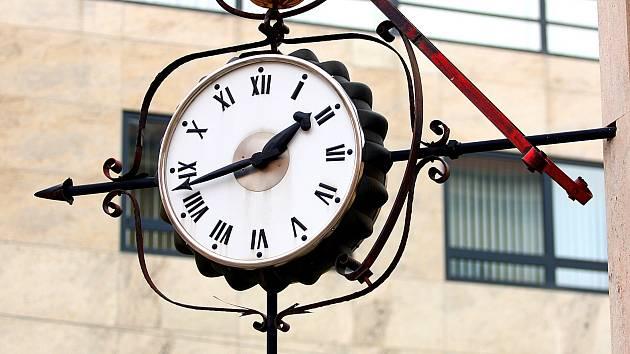 Křižovatka České a Joštovy ulice v Brně, místo častých setkání, nemá svůj legendární symbol. Na známých hodinách totiž nyní pracují opraváři.