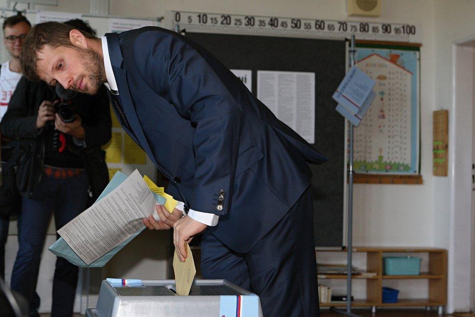 Čtverka kandidátky Žít Brno na brněnský magistrát Matěj Hollan volil v pátek po druhé hodině odpoledne v základní škole Hroznová.