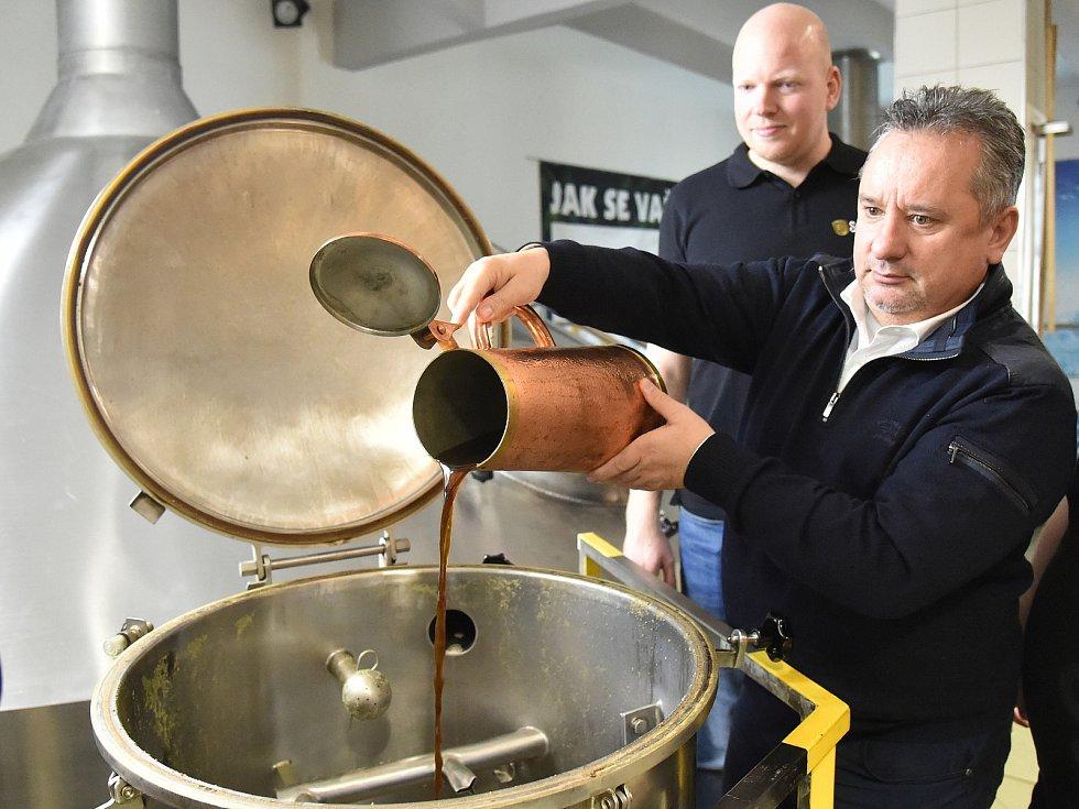 Příprava velikonočního zeleného piva v brněnském pivovaru Starobrno.