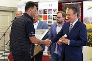 Vyhlášení výsledků soutěžních ohňostrojů festivalu Ignis Brunensis. Na snímku zástupce týmu Pyro Events z Rumunska a Jiří Dušek ředitel Hvězdárny a planetária Brno.