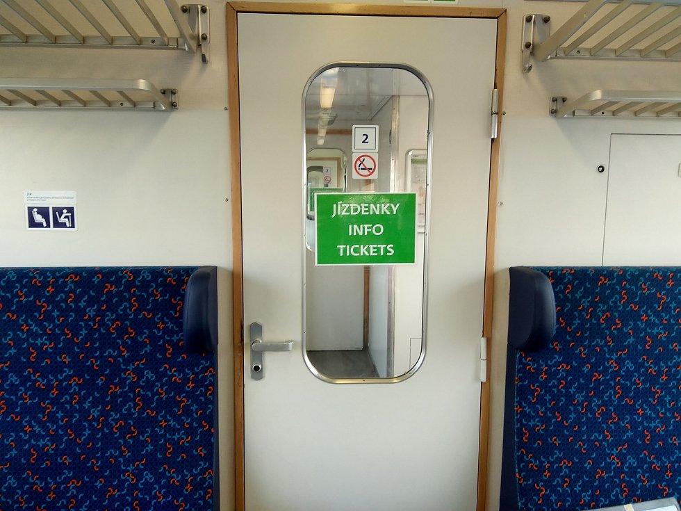 Místo zelených pruhů jsou v mnoha vlakových soupravách zatím pouze zelené tabulky.