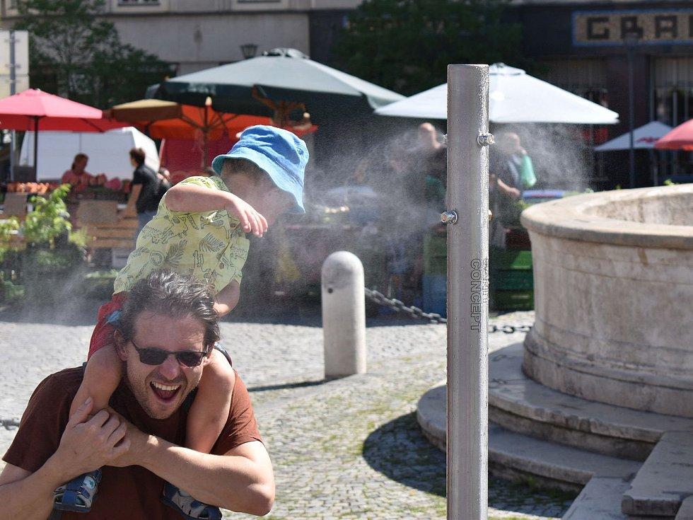 Brňany v horku osvěží nově nainstalované mlžítko na Zelném trhu.