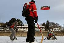 Lednové mrazy přejí bruslařům. Na Brněnské přehradě bylo díky nim v posledních dnech živo.
