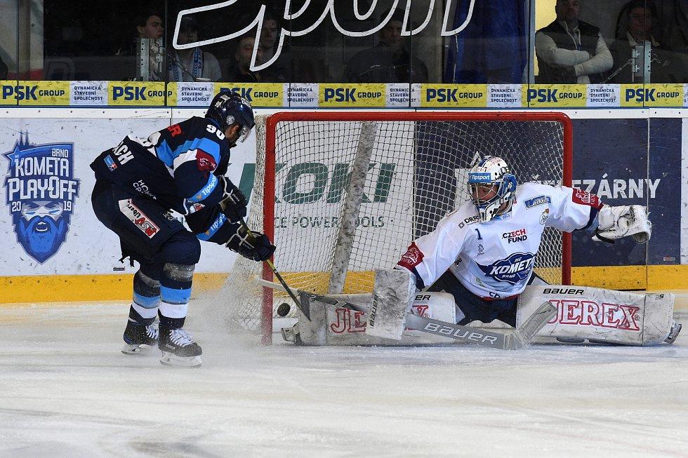 Šestý a poslední semifinalový zápas mezi domácí Kometou Brno (v bílém) a Bílým Tygrům z Liberce. Domácí prohráli a sen o zlatém hattricku se jim rozplynul.