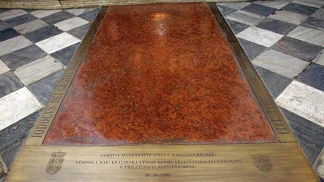 Joštova náhrobní deska uvnitř kostela sv. Tomáše.