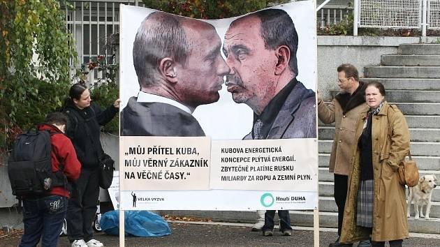 Ministr průmyslu a obchodu Martin Kuba líbá ruského prezidenta Vladimíra Putina na bilboardu.