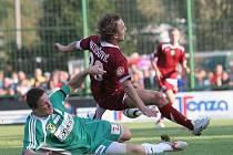 Fotbalista Aleš Schuster v dresu Bystrce (v zeleném).