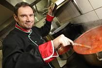 Italský kuchař Emanuel Ridi v Brně.