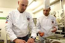 Elita kuchařů hotelu International vařila pro více než sto hostů na slavnostním večeru.